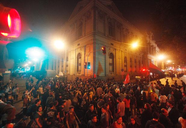 Ocupantes de sede del Senado abandonan la toma y suben a vehículos policiales