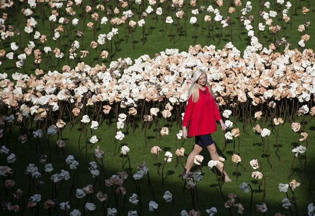 Miles de flores de arcilla de artista chileno llenan patio de histórico edificio en Londres