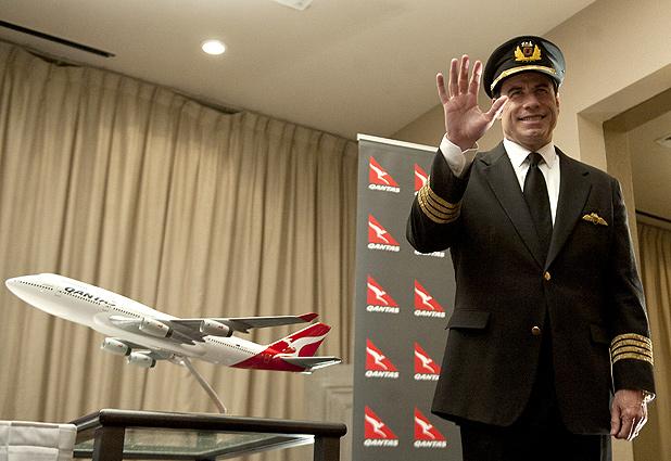 Qantas realizó hoy su primer vuelo directo entre Australia y Chile y Travolta recibe a sus pasajeros