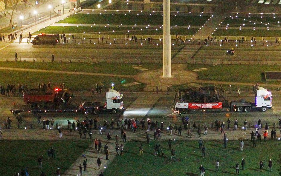 Camioneros llegan a La Moneda en medio de adeptos y detractores