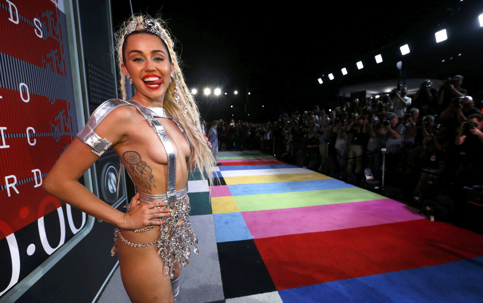 Con desparpajo y mínimo atuendo, Miley Cyrus se roba las miradas en la alfombra roja MTV